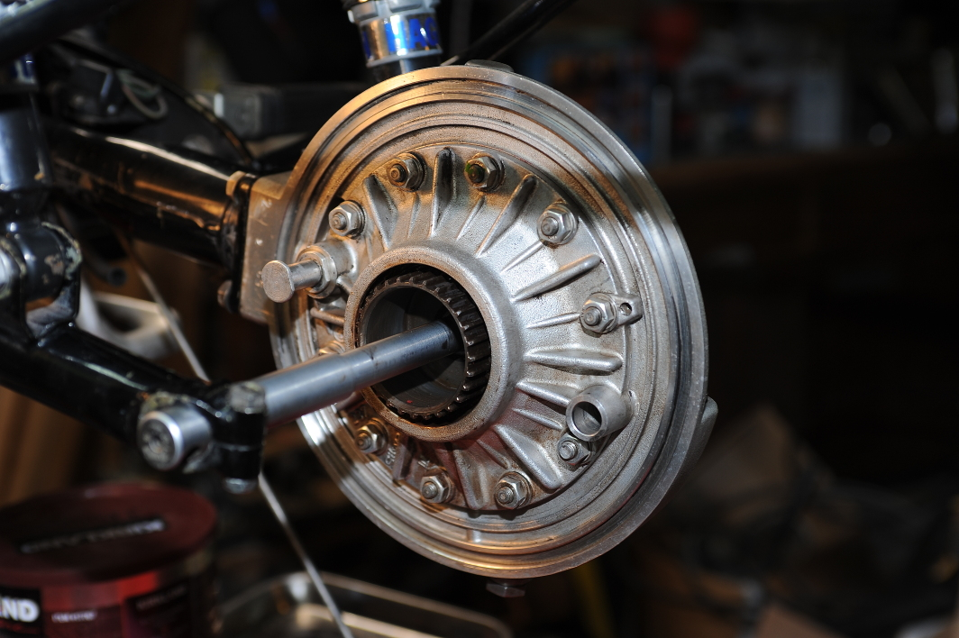 Pulling the rear brakes, final drive and swing arm – R100/7 Rebuild